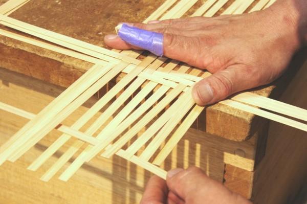 竹細工に使われる竹は、外側の緑が竹之内川と同じ色になるまで煮込み、その後20日~30日間天日干しにしてから使うそうです。そうすることで竹の水分がなくなり、かびにくくなる竹細工が作れるとのこと。
