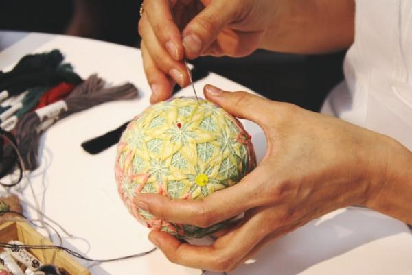 手まりはこうやって一つ一つ手で縫っていくため、一つを制作するのに時間がかかるそうです。
